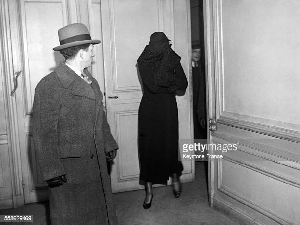 L'epouse d'Alexandre Stavisky Arlette Stavisky sortant cachee d'un bureau de la Surete Generale France 1934