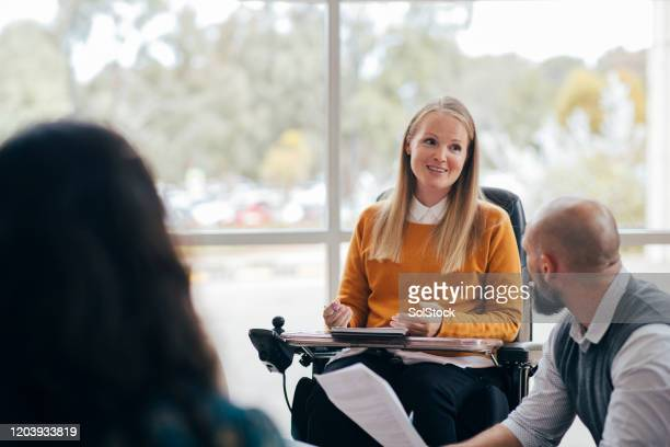 gelijke kansen in het bedrijfsleven - handicap stockfoto's en -beelden