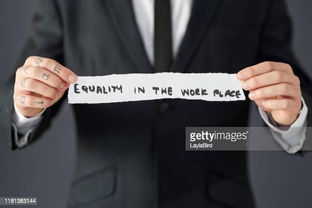la igualdad debe ser parte de los principios fundamentales de cada empresa - equidad de genero fotografías e imágenes de stock