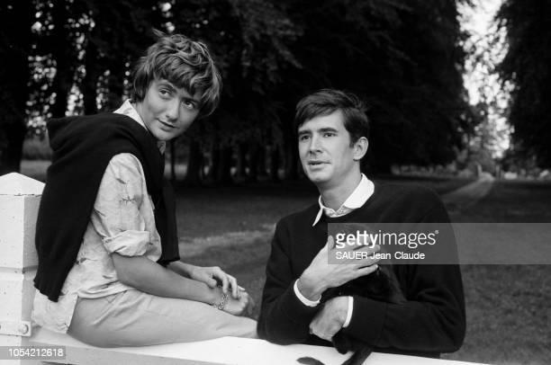Equemauville France 29 août 1960 Le réalisateur américain Anatole LITVAK et l'acteur américain Anthony PERKINS chez Françoise SAGAN dans son manoir...