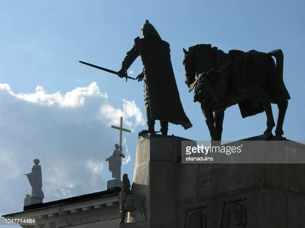 monument équestre au roi gediminas - lituanie photos et images de collection