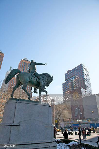 equestrian statue of george washington, across the street is one union square south with kinetic wall sculpture and digital clock expelling bursts of steam, titled metronome, new york city, ny, usa - 1999 stock pictures, royalty-free photos & images