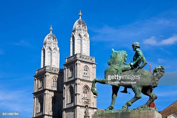 equestrian statue of hans waldmann and the towers of grossmunster, zurich, switzerland - città di zurigo foto e immagini stock