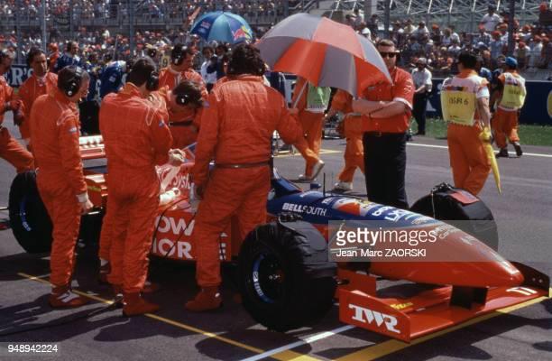 Equipe de l'écurie Footwork Hart autours de la voiture de Jos Verstappen pendant le Grand Prix de Formule 1 de SaintMarin à Imola le 5 mai 1996 Italie