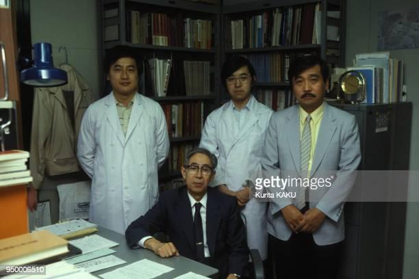 L'equipe du professeur Sakurai au centre en juillet 1984 au Japon