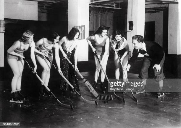 Equipe féminine de hockey sur glace à l'entraînement circa 1930