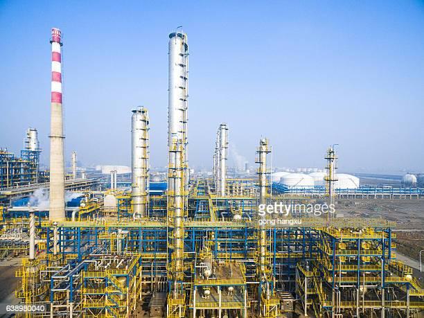 equipment in oil refinery in blue sky - planta petroquímica fotografías e imágenes de stock