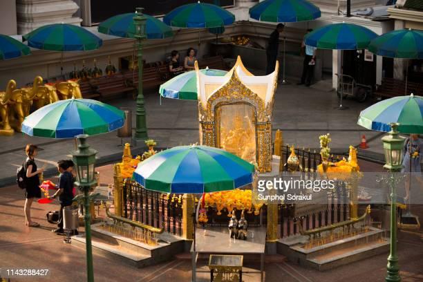 erawan shrine in the morning - ラチャプラソン ストックフォトと画像