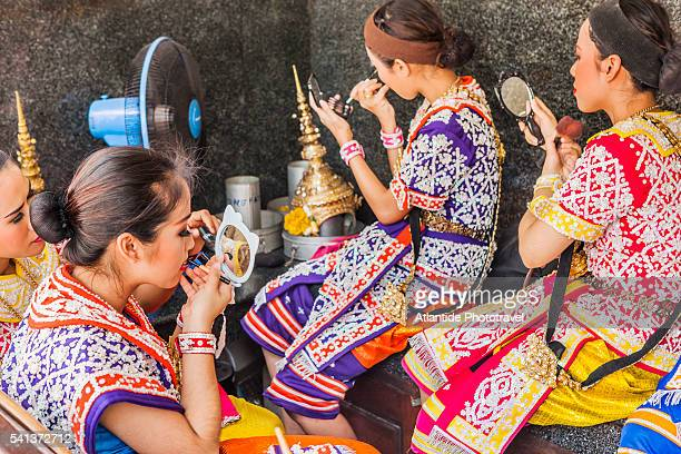 erawan shrine (officially named thao maha brahma), traditional thai dancers and singers during the makeup - エラワン聖堂 ストックフォトと画像