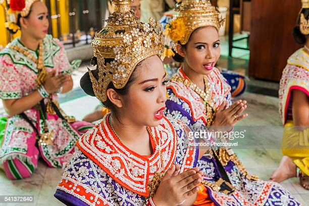 erawan shrine (officially named thao maha brahma), traditional thai dancers and singers - エラワン聖堂 ストックフォトと画像