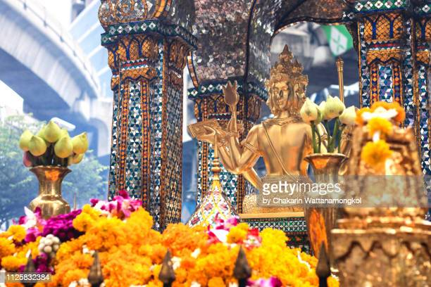 erawan shrine with sky train rail in background at ratchaprasong intersection, bangkok. - ラチャプラソン ストックフォトと画像