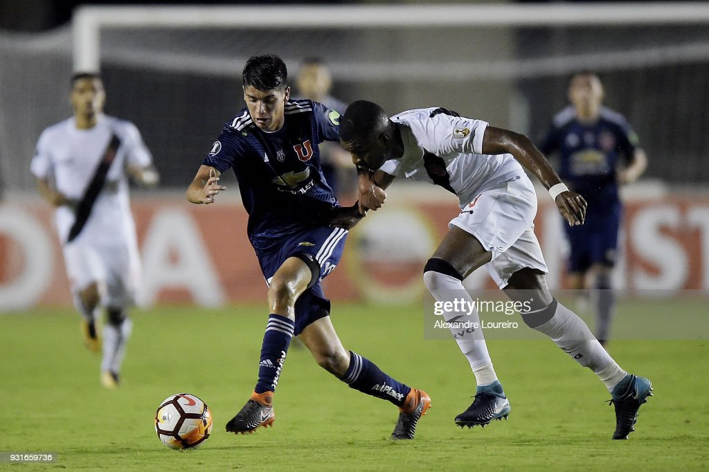 Erazo (L) of Vasco da Gama struggles for the ball with Angelo Araos of Universidad de Chile during a Group Stage match between Vasco and Universidad de Chile as part of Copa CONMEBOL Libertadores 2018 at Sao Januario Stadium on March 13, 2018 in Rio de Janeiro, Brazil.