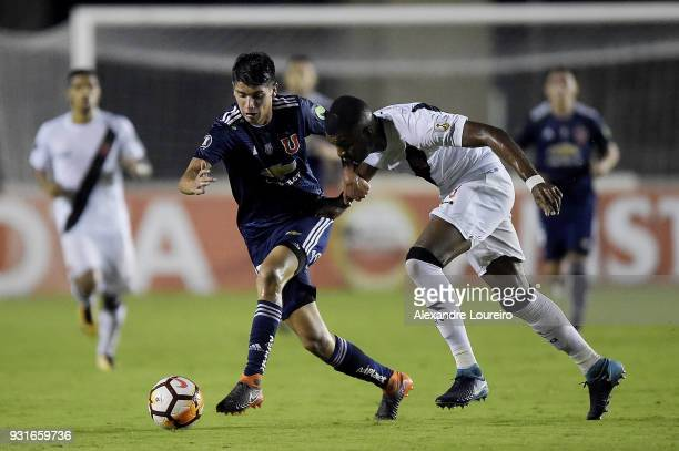 Erazo of Vasco da Gama struggles for the ball with Angelo Araos of Universidad de Chile during a Group Stage match between Vasco and Universidad de...