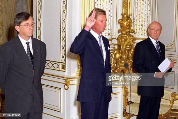 Erbgroßherzog Henri von Luxemburg leistet am 4.3.1998 im großherzoglichen Palais in Luxemburg neben Premierminister Jean-Claude Juncker und...