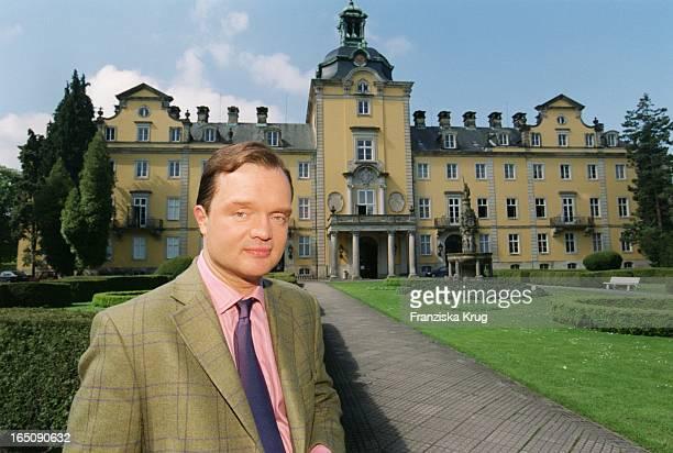Erbprinz Alexander Zu Schaumburg Lippe Homestory Vor Seinem Schloss Bückeburg