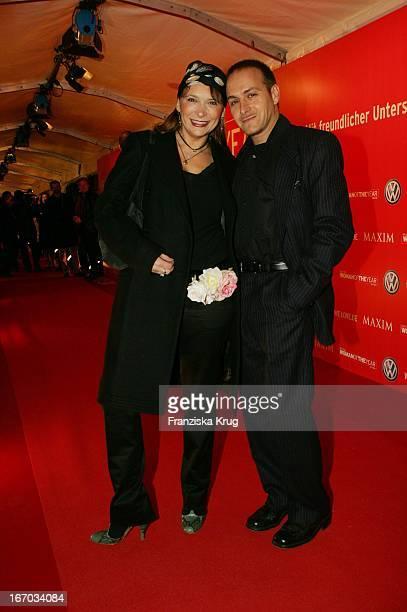Erdan Apalai Mit Begleitung Bei Ankunft Zur Preisverleihung Woman Of The Year 2004 Gala In Der Ullstein Halle Der Axel Springer Ag In Berlin