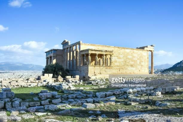 erechtheion temple and porch of the caryatids of temple of athena and poseidon in the acropolis, athens, greece - diosa atenea fotografías e imágenes de stock