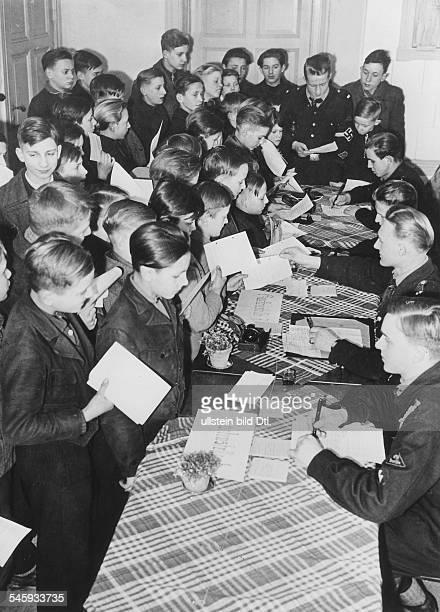 Erfassungsappell der HJ in einer Berliner Meldestelle `Die Jugendlichen müssenbei ihrer Meldung ihre Personalpapieresowie alle Bescheinigungen über...