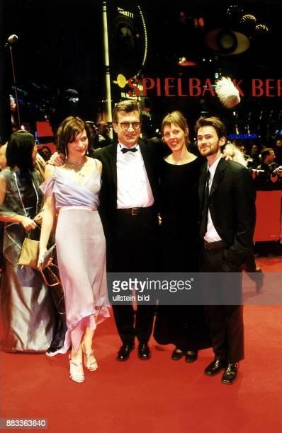 Eröffnung der 50 Internationalen Filmfestspiele Berlin der Regisseur des Eröffnungsfilm 'The Million Dollar Hotel' Wim Wenders mit seiner Frau Donata...