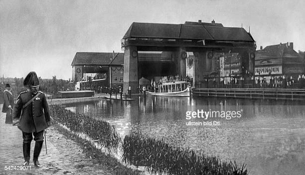 Eröffnung des Teltowkanals : Die Yacht 'Alexandria' von Kaiser Wilhelm II. Passiert die Schleuse.