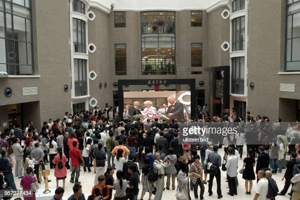 Eröffnung einer DeutschChinesischen Kunstausstellung in Wuhan aufgenommen am Im Rahmen des Programms 'Gemeinsam in Bewegung' finden im Herbst 2009 in...