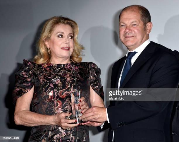 Eröffnung FILMFEST HAMBURG Douglas Sirk Preisverleihung Preisträgerin Catherine Deneuve_ DAS mit Olaf Scholz 1 Bürgermeiste Hamburg