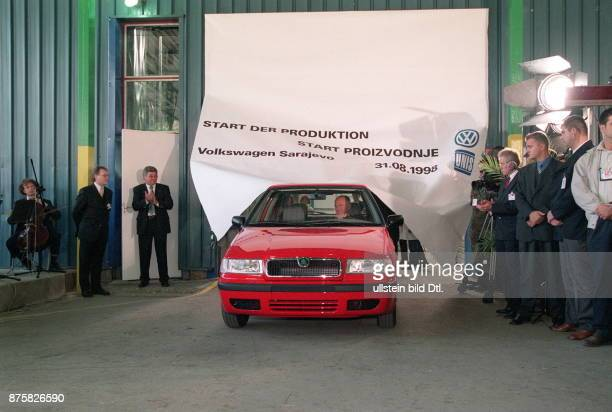 Eröffnung neues VW Werk in Sarajevo VW Chef Ferdinand Piech kommt in einem `Felicia' der tschechischen VW Marke Skoda in den Saal gefahren