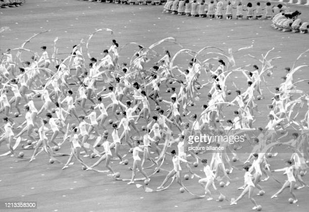 Eröffnungsfeier der XXII Olympischen Sommerspiele am im Moskauer LeninStadion Den Abschluss bilden Bilder von turnerischer Eleganz die...