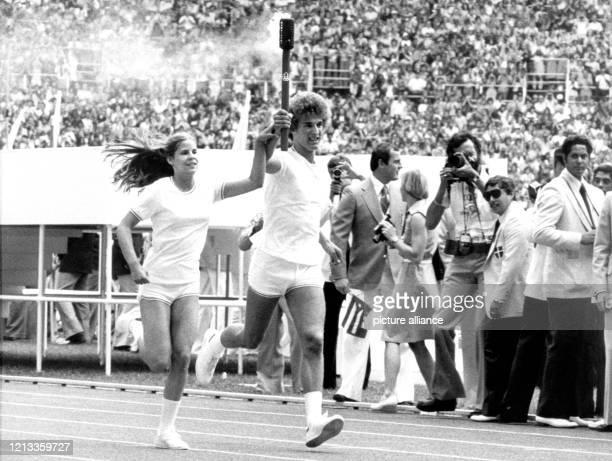 Eröffnungsfeier für die Olympischen Spiele am im Olympiastadion in Montreal: Gemeinsam legen Sandra Anderson und Stephane Prefontaine die letzten...