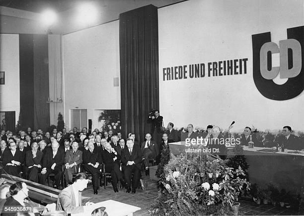 Eröffnungsfeier im Physiksaal der TUBerlin: Bundeskanzler Konrad Adenauerwährend seiner Rede; links u.a. Heinrichvon Brentano, Karl Arnold, Robert...