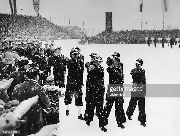 Eröffnungsfeier im Skistadion vonGarmischPartenkirchen Die Mitglieder der deutschenOlympiamannschaft marschieren ins Stadionein und entbieten Hitler...