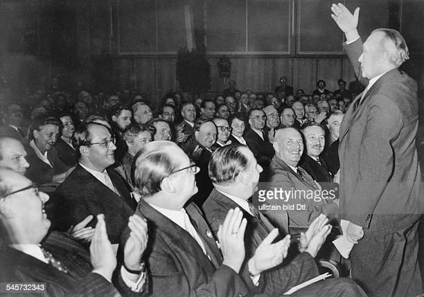 Eröffnungsfeier in der StadthalleKarlsruhe Bundeskanzler Konrad Adenauerdankt für die stürmische Begrüssung