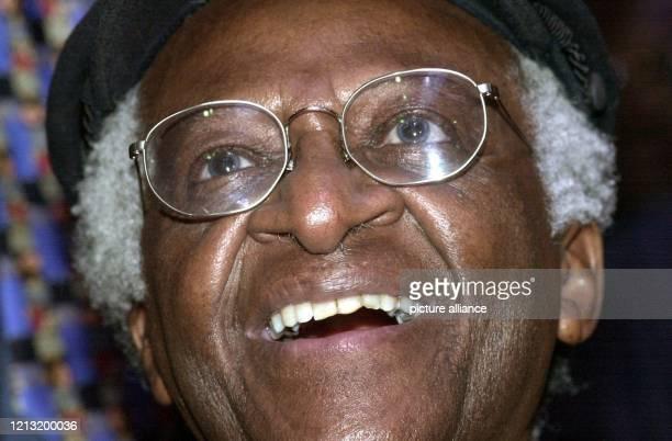 Erfreut über die Musik einer südafrikanischen Gruppe zeigt sich Erzbischof und Friedensnobelpreisträger Desmond Tutu am 11.6.2000 in der Afrika-Halle...
