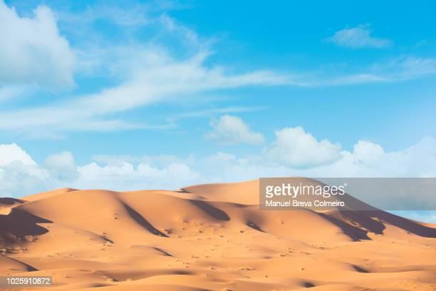 erg chebbi desert - duna de arena fotografías e imágenes de stock