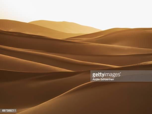 erg chebbi - duna de arena fotografías e imágenes de stock