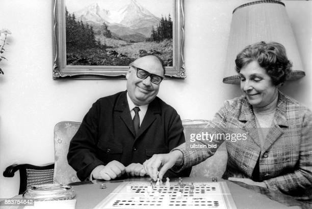 Erhardt Heinz * Schauspieler Kabarettist D spielt mit Ehefrau Gilda 'Mensch aergere Dich nicht' seinem Haus in HamburgWellingsbuettel Editorialuseonly