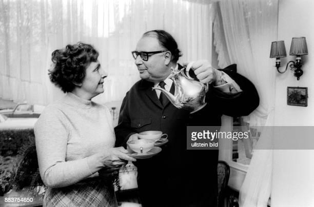 Erhardt Heinz * Schauspieler Kabarettist D trinkt Tee mit Ehefrau Gilda Editorialuseonly