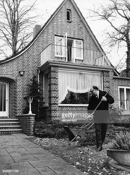 Erhardt, Heinz *20.02..1979+Schauspieler, Kabarettist, D- beim Laubharken im Garten vor seinem Hausin Hamburg-Wellingsbuettel- 1970...