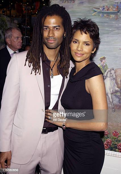 Eric Benet and Halle Berry during 2001 National Board of Review Awards at Tavern on the Green in New York NY United States