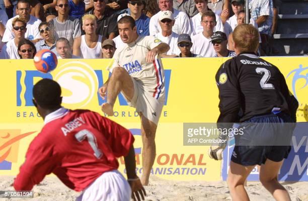 Eric Cantona ancien international de football et capitaine de l'équipe de France de Pro Beach Soccer tire au but face aux Britanniques Abbey et...