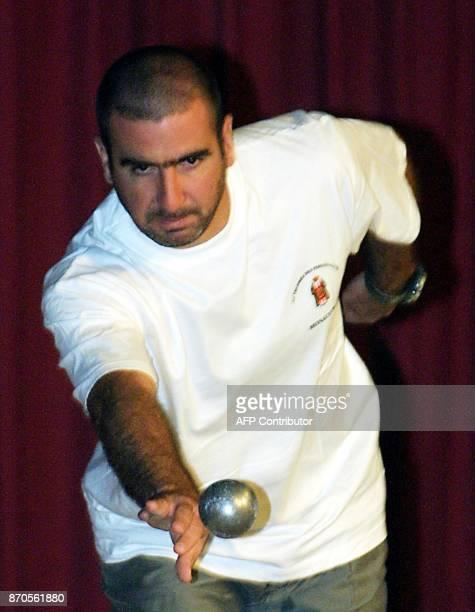 Eric Cantona lance sa boule le 25 septembre 2001 à Monaco lors de la 37ème édition du Championnat du Monde de pétanque LUCCHESI