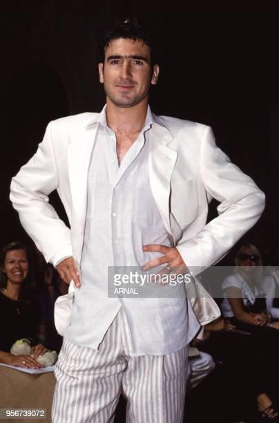 Eric Cantona lors du défilé de mode masculine de Paco Rabanne à Paris en juillet 1993, France.