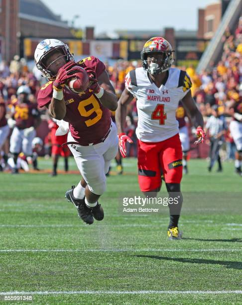 Eric Carter of the Minnesota Golden Gophers pulls in a pass setting up a touchdown to tie the game late in the fourth quarter at TCF Bank Stadium on...