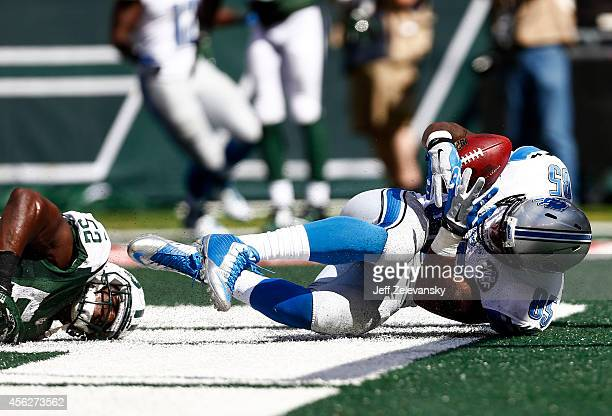 Eric Ebron of the Detroit Lions completes a 16-yard reception for a touchdown in the second quarter against the defense of David Harris of the New...