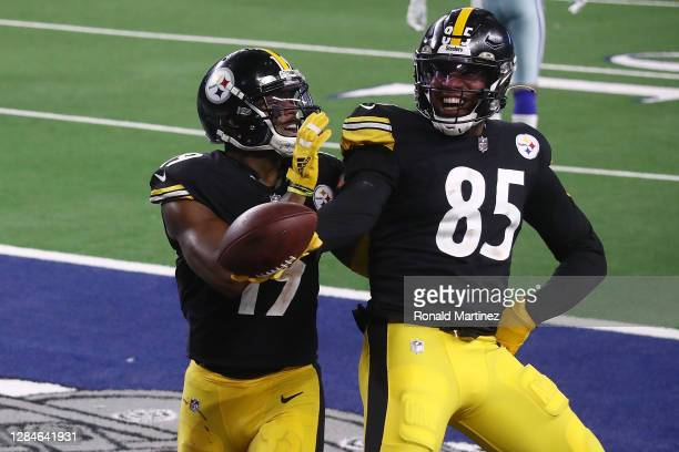 Eric Ebron of the Pittsburgh Steelers celebrates a touchdown with JuJu Smith-Schuster during the second half of a game against the Dallas Cowboys at...
