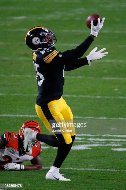Eric Ebron of the Pittsburgh Steelers makes a catch against the Cincinnati Bengals during their NFL game at Heinz Field on November 15, 2020 in...