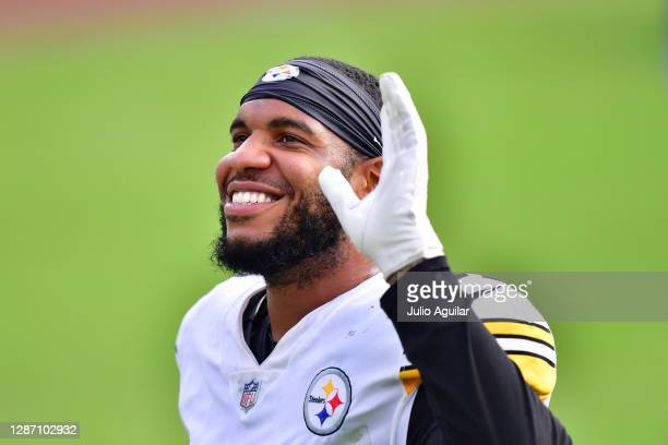 Eric Ebron of the Pittsburgh Steelers waves to fans after the Steelers' 27-3 win during the second half against the Jacksonville Jaguars at TIAA Bank...