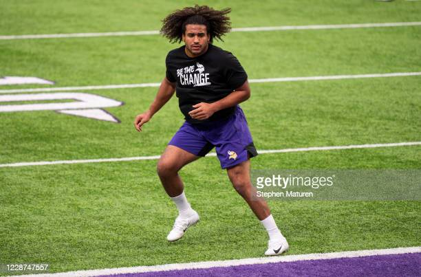 Eric Kendricks of the Minnesota Vikings warms up before the game against the Tennessee Titans at U.S. Bank Stadium on September 27, 2020 in...