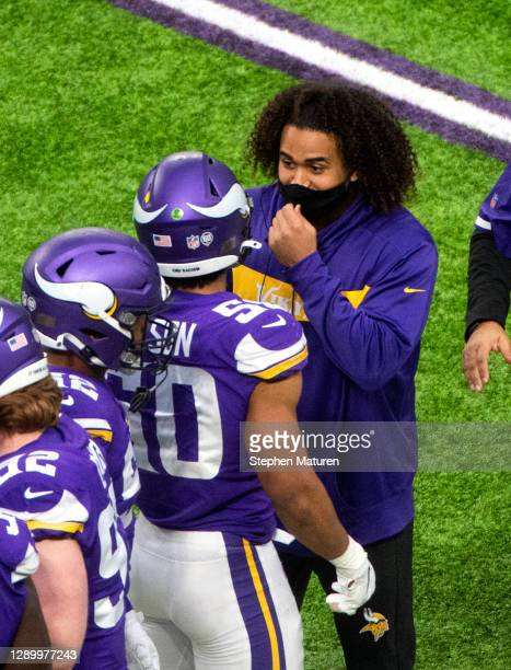 Eric Kendricks, who sustained an injury during pregame warmups, speaks with Eric Wilson of the Minnesota Vikings after a safety in the fourth quarter...