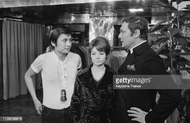 Eric Le Hung le metteur en scène Dany Carrel et Maurice Ronet dans les salons du couturier parisien Ted Lapidus à Paris France le 14 octobre 1968